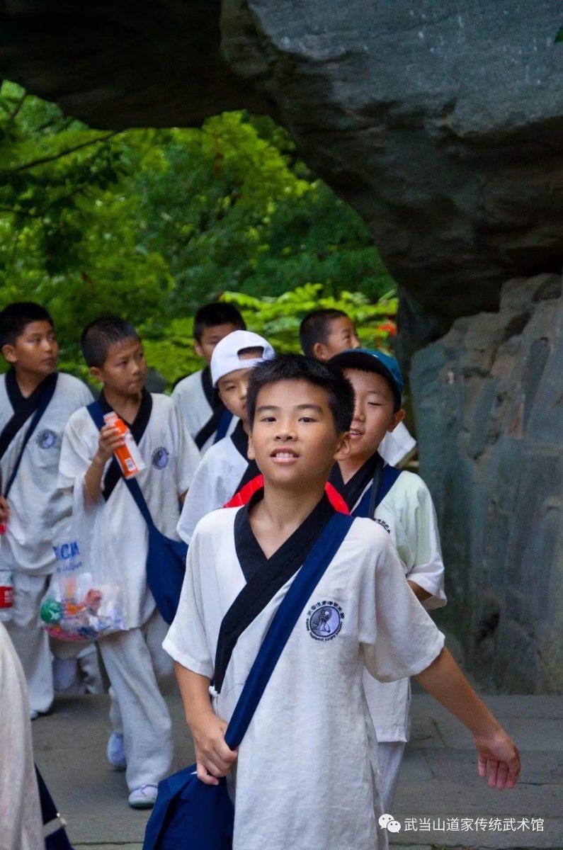 在夏令营克服艰辛,在武当山挥汗如雨,没有困难可以阻止这群少年不畏浮云