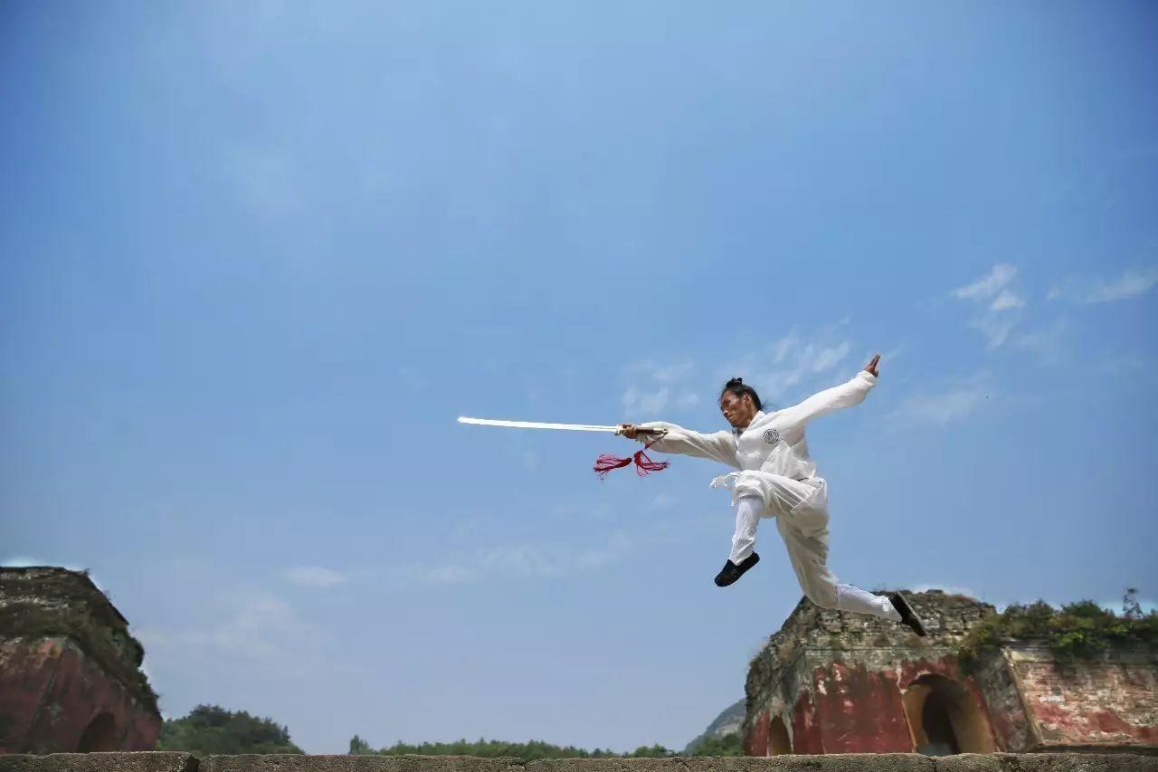 金庸爱剑,古龙好刀,细品小说中剑客刀侠
