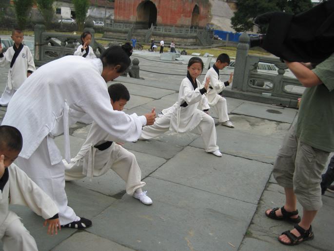 袁师懋道长正在指导少儿班学员