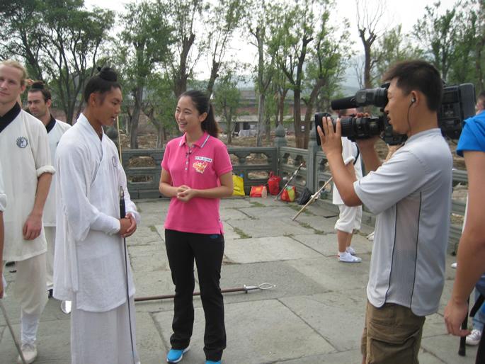 《远方的家》采访张文高教练