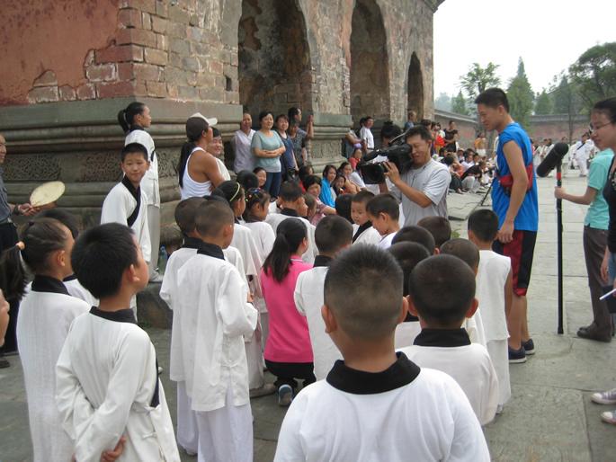 栏目组记者和孩子们在一起