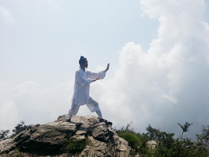 袁师懋道长正在练习太极拳