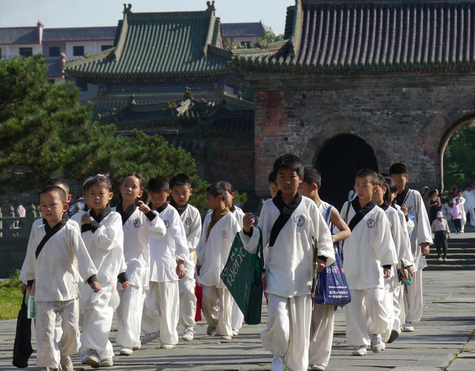小孩班学员排队去练功场