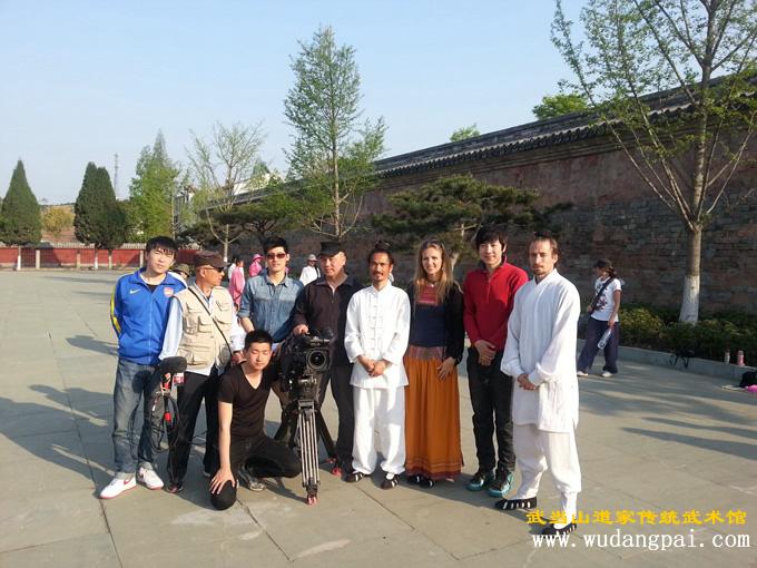 与央视CCTV4《快乐汉语》剧组合影留念