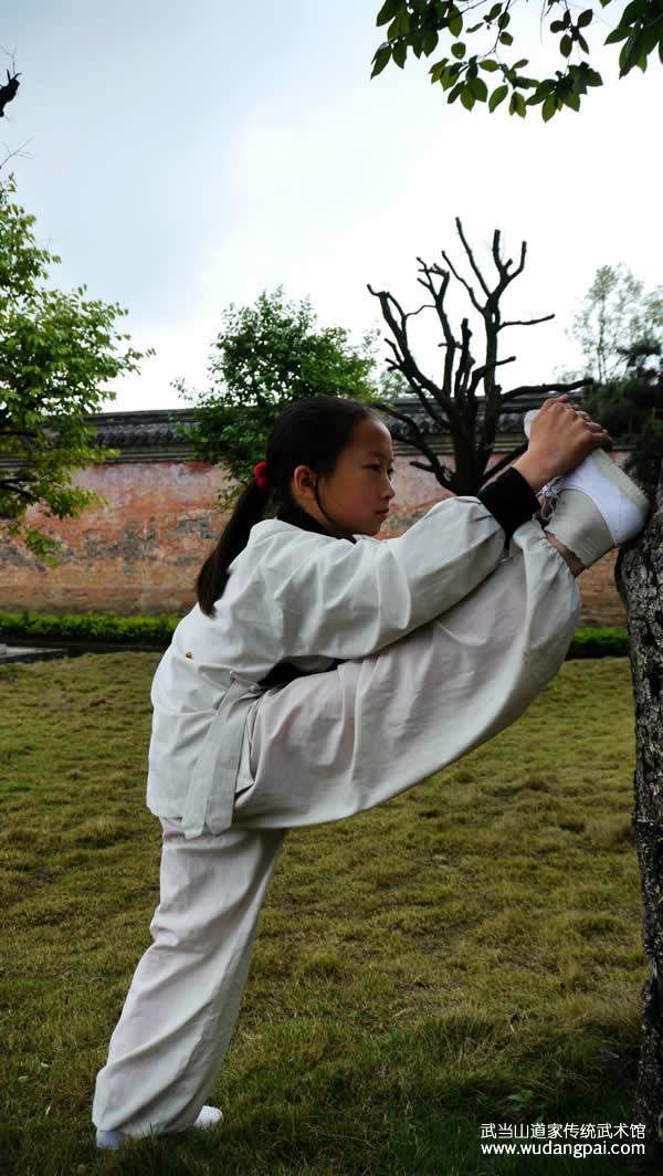 王芸在练习武当基本功