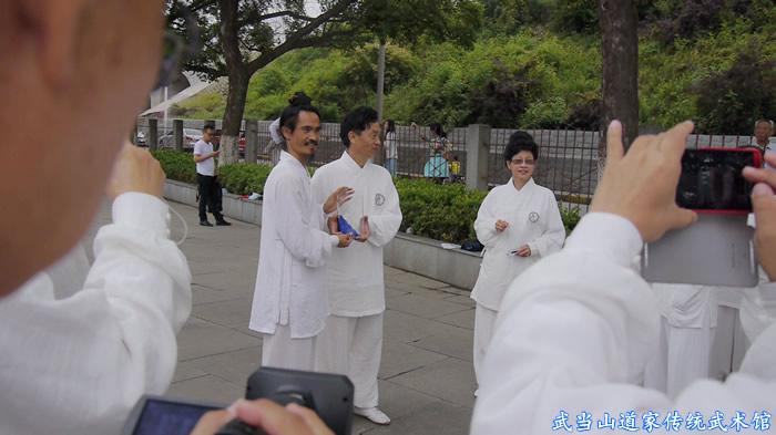 最后一课结束团队李领队和夏老师代表队员为袁道长送上纪念品