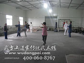 武当山连日细雨,太极拳爱好者室内练习太极拳